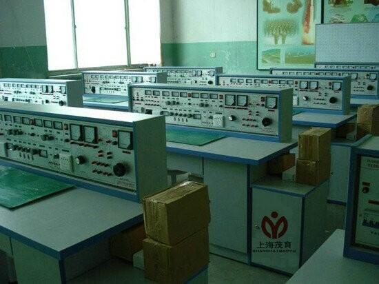 实验桌中央配有通用电路板